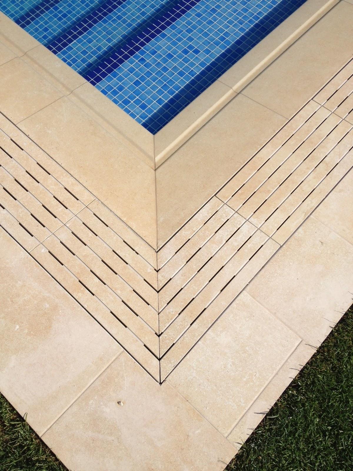 Rosa gres elegante piscina residencial con sistema for Rejillas para piscinas