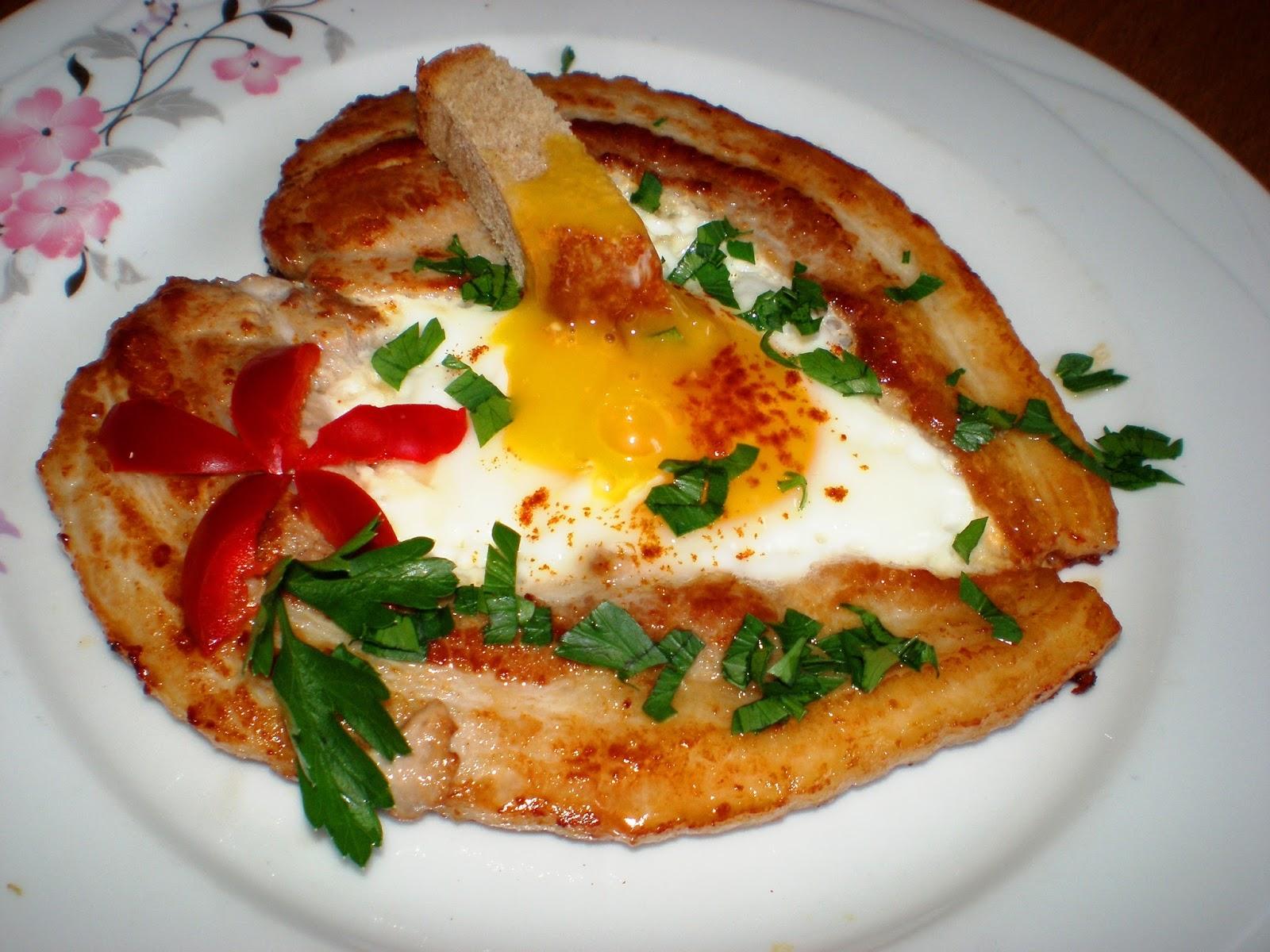Mic dejun cu ouă și piept de porc