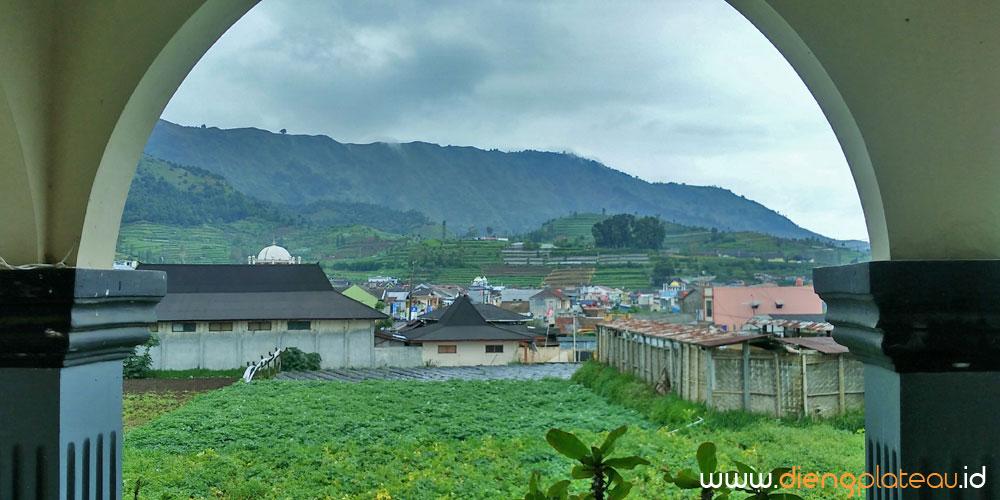 pemandangan alam dari teras homestay wisata dieng
