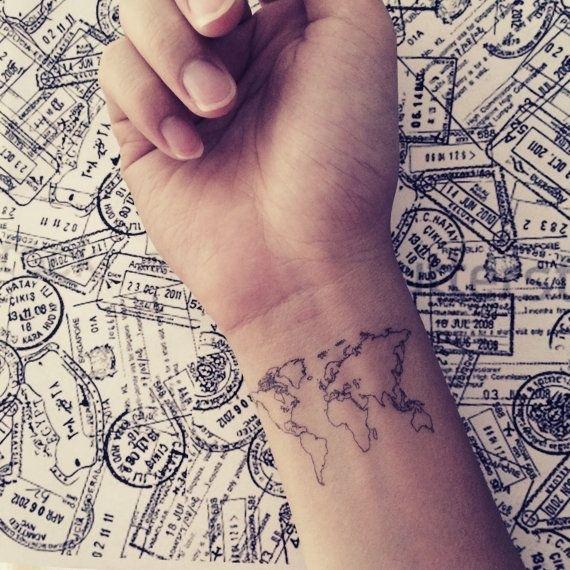 vemos tatuaje del mapa del mundo en la muñeca