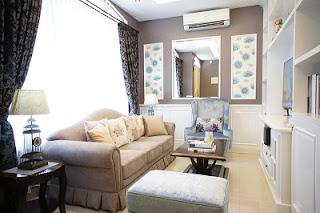 sala con sofá beige