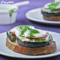 Tostadas de berenjena con tomate y pesto