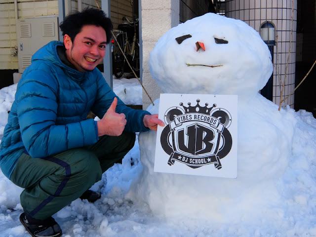 東京都世田谷区にあるバイブスレコード前で雪だるまを作った写真です。