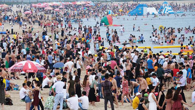 Bãi biển Bãi Cháy đông nghịt khách du lịch