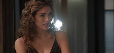 Manu (Isabelle) não vai perdoar Vanessa (Camila Queiroz) e fará a vilã sofrer em Verão 90