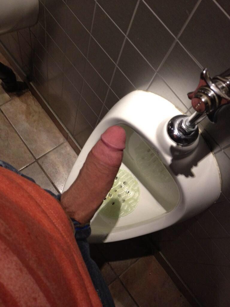 мужики писающие в туалетах