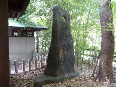 穴の空いた石