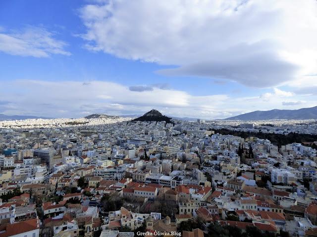 ogromna biała chmura na niebie nad Wzgórzem Lykavitos nad stekami greckich domów widok z Akropolu Ateny Grecja