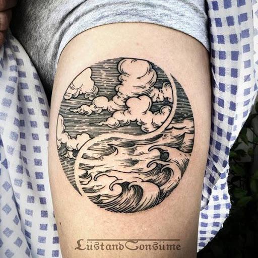 Muito artístico de representação do Yin Yang tatuagem. Ele mostra o céu e a água, o relacionamento e a forma como eles convivem em harmonia na terra.