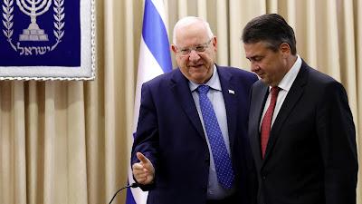 El presidente israelí, Reuven Rivlin (izda.), se reúne con el ministro de Exteriores alemán, Sigmar Gabriel, en los territorios ocupados palestinos, 25 de abril de 2017.