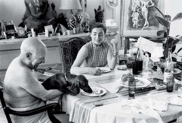 Picasso era muy apegado a su perro Lump. Era infaltable a la hora de comer. (1957).