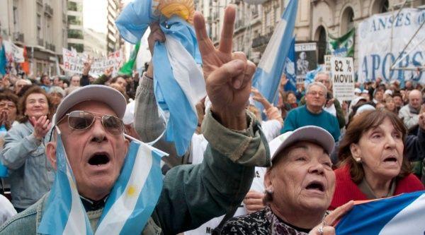 Gobierno de Macri recorta beneficios a pensionados de Argentina
