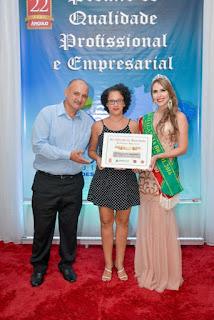 """Site """"O Vale do Ribeira """" em nome de Elizandra Nóbrega recebendo pela sétima vez consecutiva o prêmio de melhor site de noticias da região do Vale do Ribeira."""