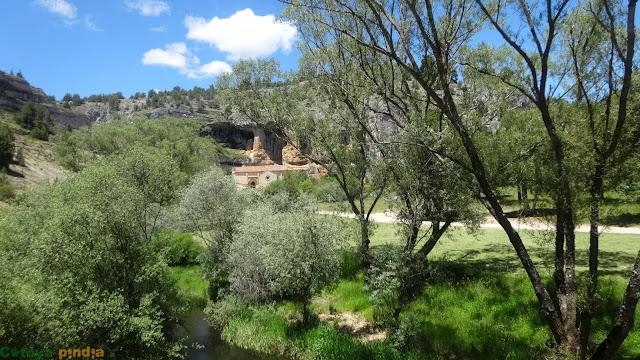 Ruta a la ermita y cuevas de San Bartolomé en el Cañón del Río Lobos.