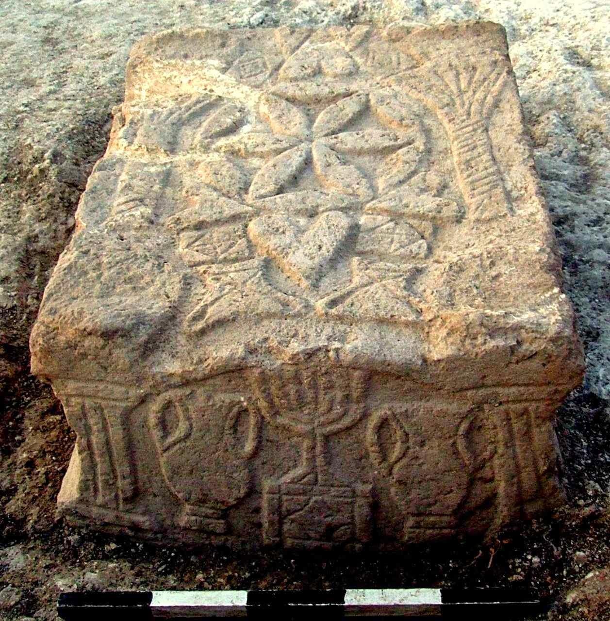 Mesa de pedra usada como atril para ler a Torá, o livro sagrado judaico, representa o Templo
