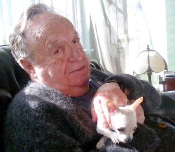 Foto de Roberto Gómez Bolaños con su mascota