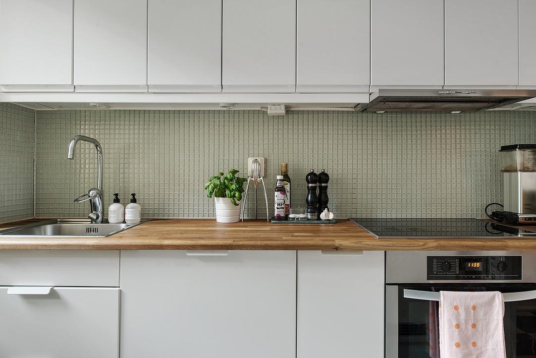 ikea kuchnia, biała kuchnia z drewnianym blatem, mozaika nad blatem, kuchnia w stylu skandynawskim
