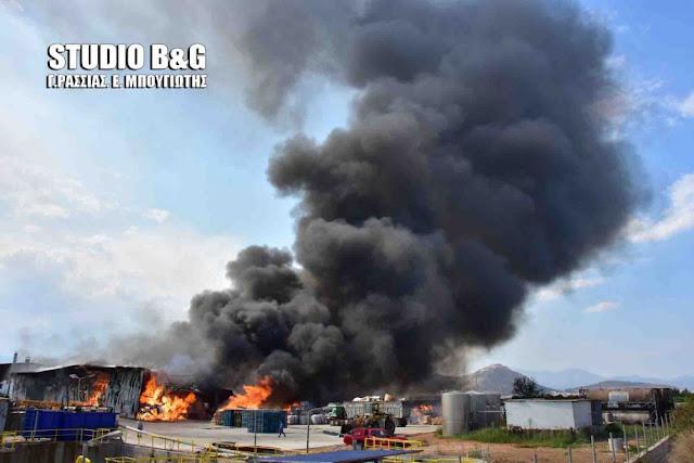 Καίγεται βιομηχανία ζωοτροφών στο Σπαθοβούνι - Δυνάμεις τις πυροσβεστικής και από την Αργολίδα