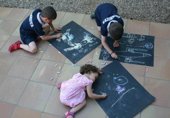 Manualidad infantil, pintar con tizas y cartulina negra