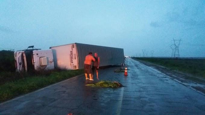 ACIDENTE: Carreta sai da pista e tomba no Campo de Peris