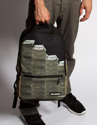 Mochila o maleta llena de billetes