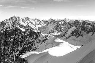 Des montagnes enneigées