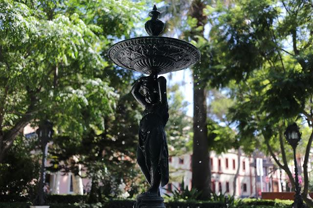 Vista de fuente del Jardín de la Alameda Apodaca y del Marqués de Comillas