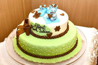 Tort bebelus alb bleu vernil maro cu ursulet si fundita