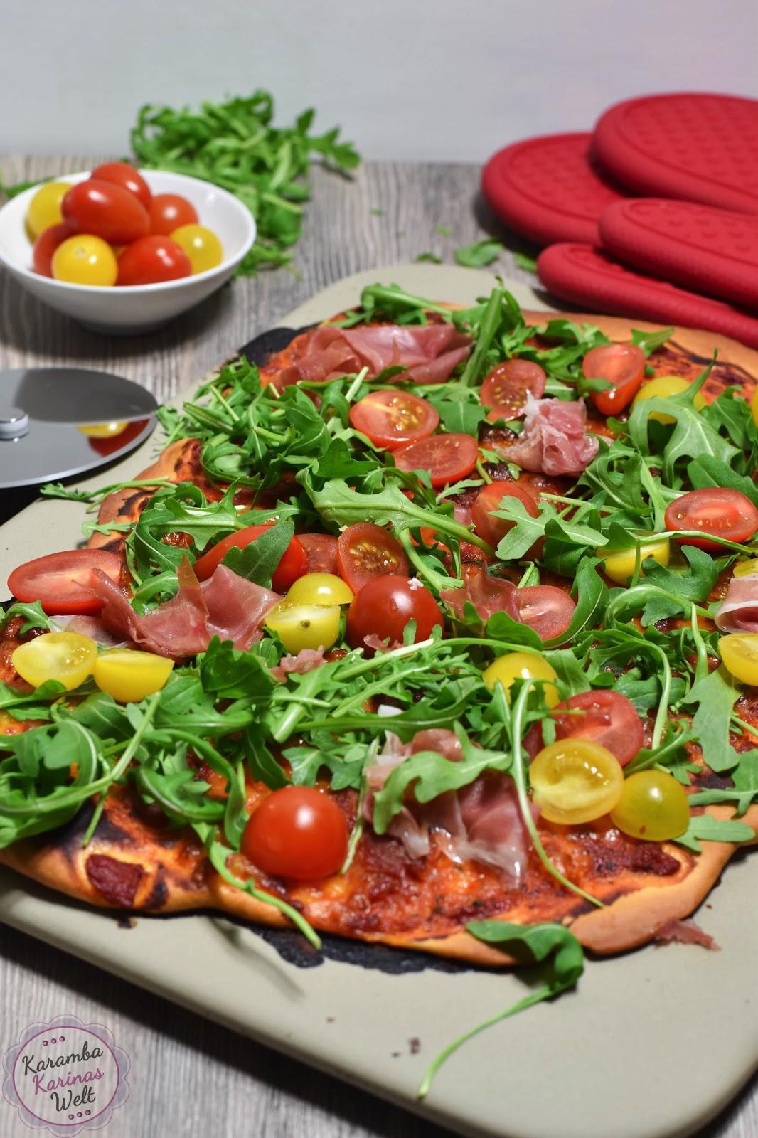 karambakarina 39 s welt pizza mit rucola parmaschinken und cocktail tomaten wie aus dem steinofen. Black Bedroom Furniture Sets. Home Design Ideas