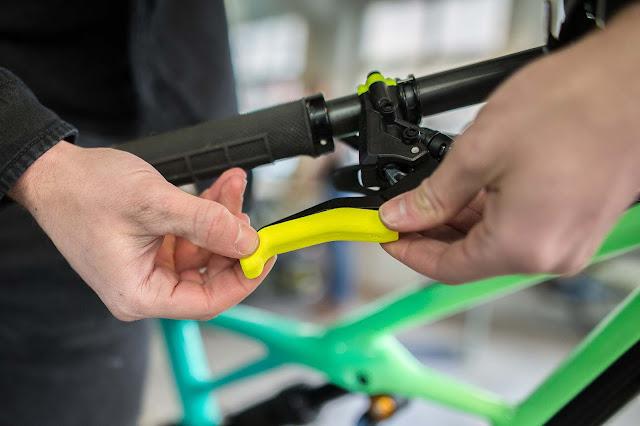 Die personalisierten Kunststoffschalen werden einfach auf den Bremshebel gesetzt.