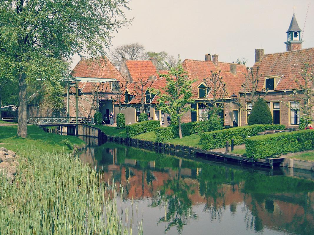 Skansen w Eenkhuizen - domki nad kanałem i zwodzony most