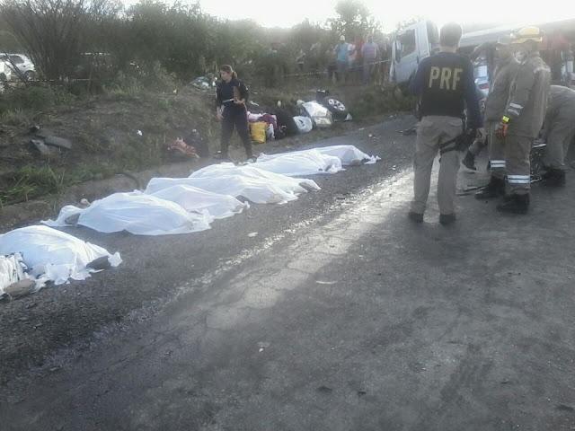PE: Acidente grave envolvendo caminhão-tanque e caminhonete deixa oito pessoas mortas e uma ferida na BR-232