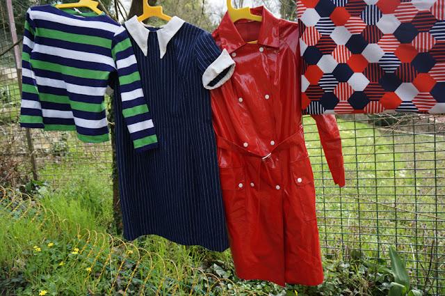 """un pull, une robe """"Twiggy fait la serveuse"""" ( 1 € à Vanves !! ) , un imper et du tissu abstrait  striped knit top , blue white pinstripe woolen dress , red vinyl raincoat , abstract fabric 60s 70s 1960 1970 annees 60 70 vintage"""