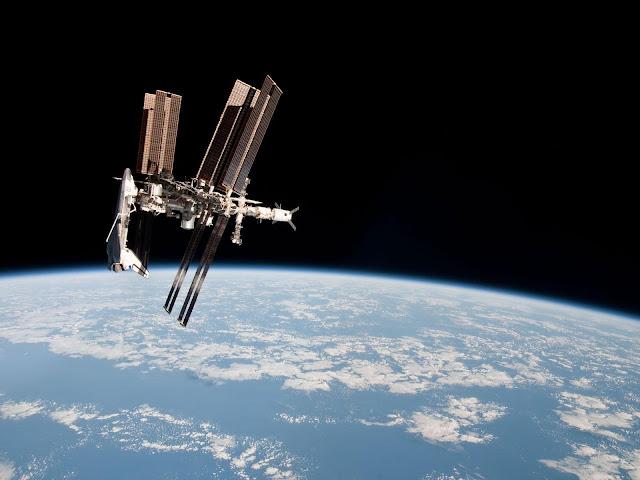 Hình ảnh đầu tiên về tàu con thoi kết nối với trạm ISS, chụp bởi phi hành gia người Ý Paolo Nespoli vào năm 2011 khi ông cùng phi hành đoàn rời ISS. Credit : NASA.