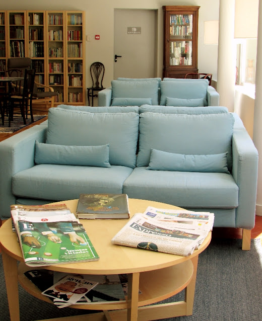 sofás e mesa com jornais