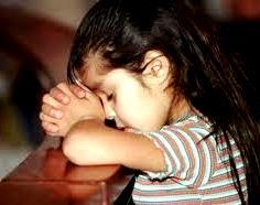 Foto de una niña en plena oración