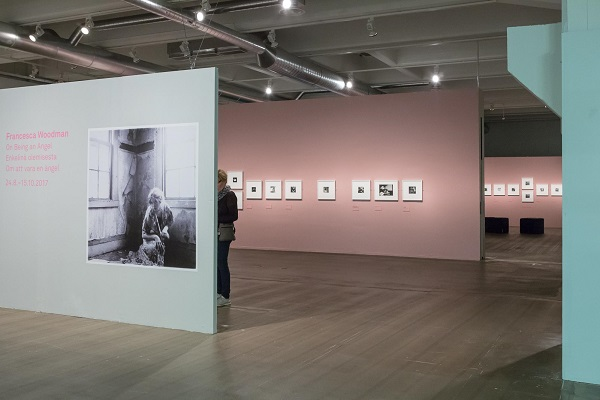 "Instalación de la exposición ""On Being an Angel"" de Francesca Woodman en el Finnish Museum of Photography, 2017."