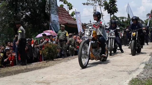 Tinjau Desa Citarik, Jokowi Kendarai Sepeda Motor Chopperland