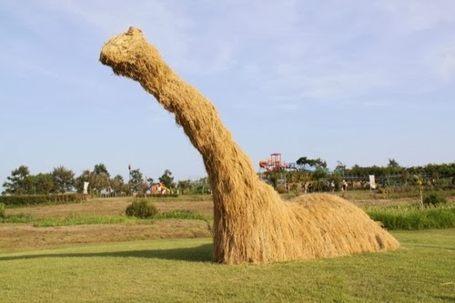 04-Nessie-Loch-Ness-Monster-Japanese-Rice-Farmers-Straw-Sculptures-Kagawa-&-Niigata-Prefecture-Kotaku-www-designstack-co