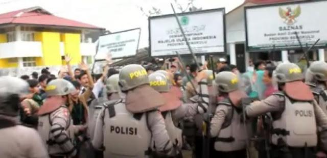Bentrok Demo Tagih Janji Jokowi, 9 Polisi dan Puluhan Mahasiswa Luka-luka