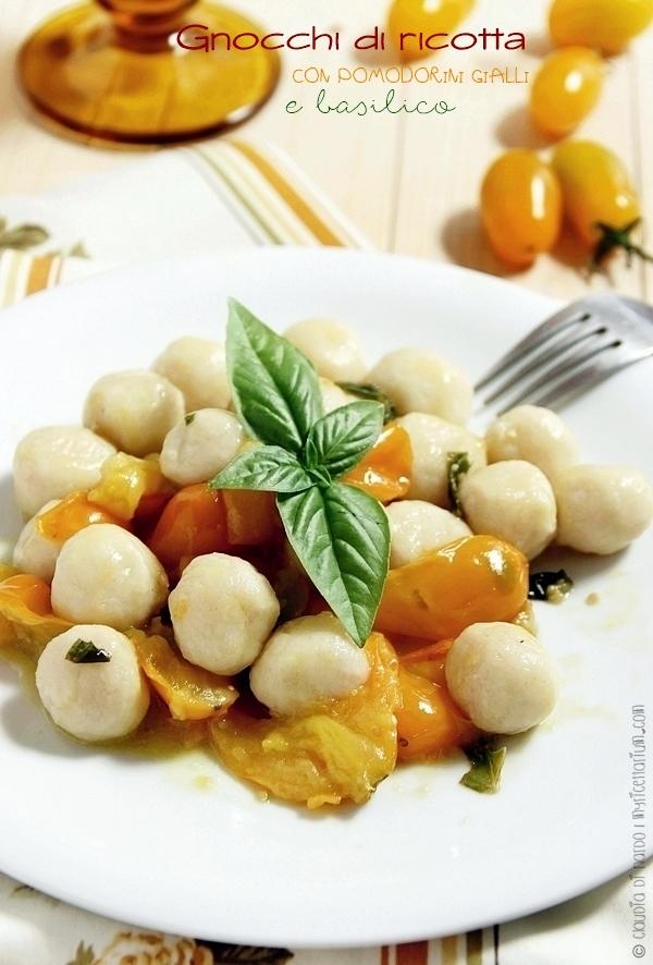 Gnocchi di ricotta con pomodorini gialli e basilico
