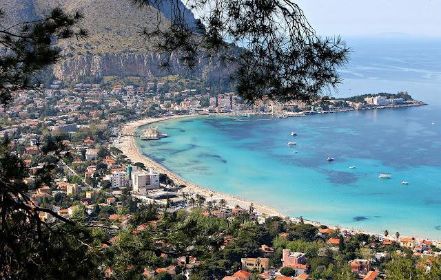 vista su mondello, una delle più belle spiagge di palermo, sicilia