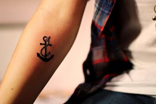 Bonito tatuagem de âncora para as meninas, com significado