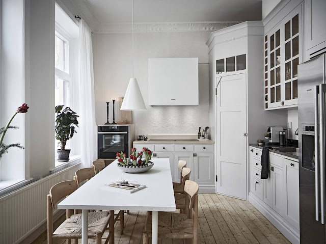 Bucătărie pe colț și tonuri neutre de culoare într-un apartament de 60 m²