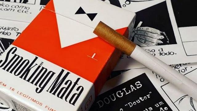 """Smoking Mata é uma HQ criada por Oscar """"Kash Fire"""" de 16 tirinhas que podem ser lidas em qualquer ordem. A HQ pretende contar uma história de tirar o fôlego. Caso queira lê-la em ordem cronológica, basta procurar o cigarrinho no canto da página, nele há a marcação da ordem das tirinhas."""