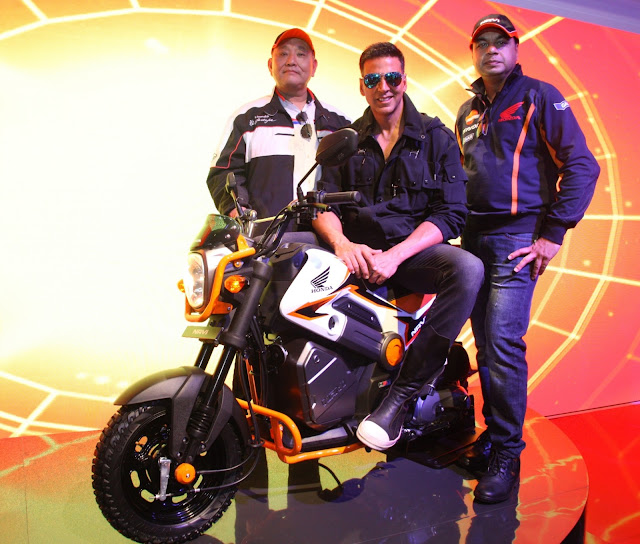Akshay Kumar on the Honda NAVI at Auto Expo 2016