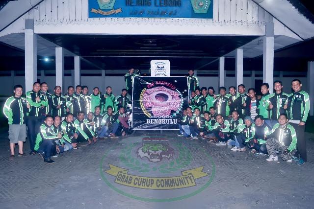 Grab Curup Community dan KGB Rafflesia foto bersama di depan Balai Agung Lapangan Setia Negara Curup. Foto: IJ GCC