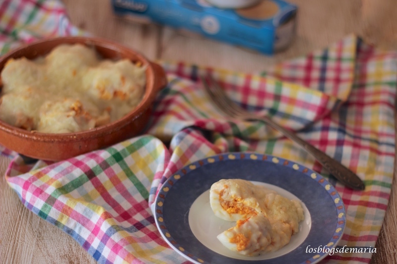 Huevos rellenos de atún gratinado con queso curado