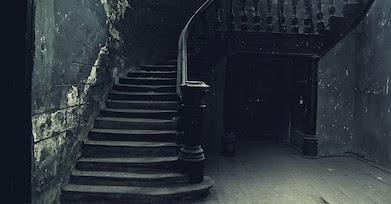 廃屋内の暗がりの中の階段