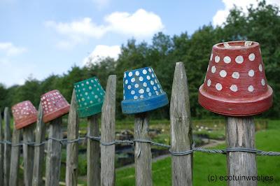Terracotta bloempotjes als winterschuilplaats voor oorwormen en tegelijk een mooie tuindecoratie waar je je eigen creativiteit kan gebruiken